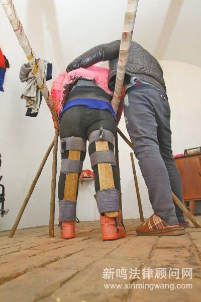 在贺金峰自制的双杠上,晓格每天坚持锻炼。